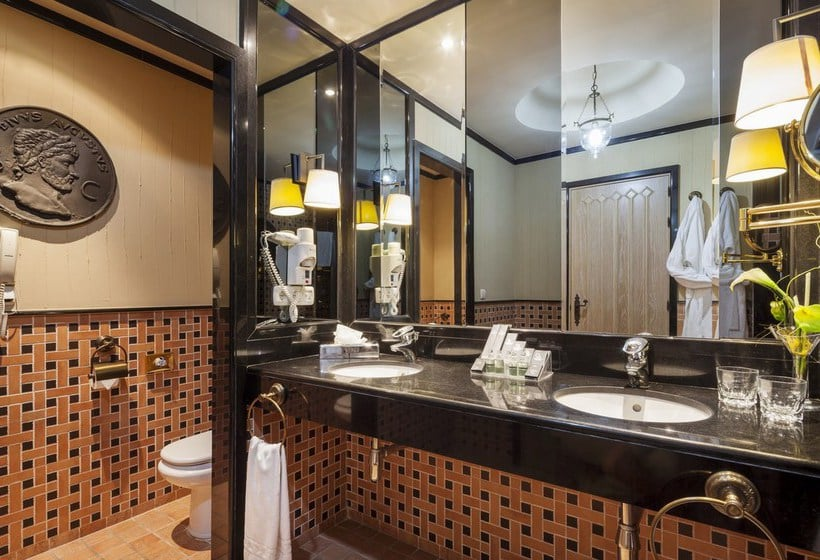 Bathroom فندق Ilunion Mérida Palace مّريدو