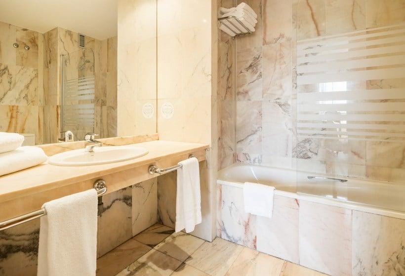 Bathroom Hotel Ilunion Golf Badajoz