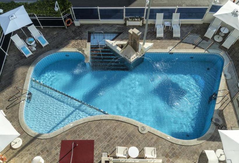 حمام سباحة فندق Abner's ريتشوني